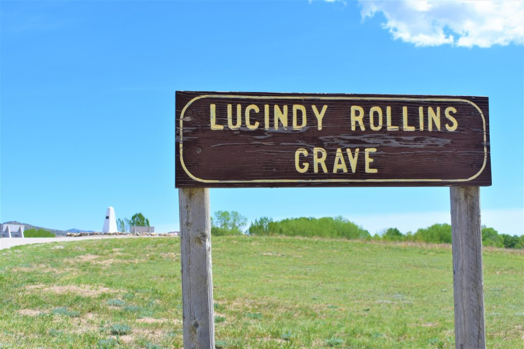 Sign post that reads Lucindy Rollins Grave